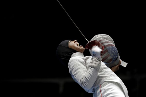 Ибтихадж Мухаммад, первая спортсменка в США в хиджабе, празднует победу в полуфинальном матче по фехтованию на саблях у женщин на летних Олимпийских играх  - Sputnik Latvija