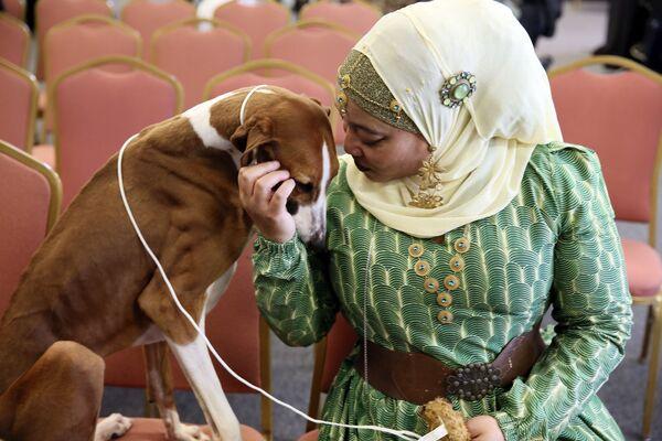 Отставной офицер полиции Алия Тейлор со своей собакой на пресс-конференции Вестминстерского клуба собаководства в Нью-Йорке - Sputnik Latvija