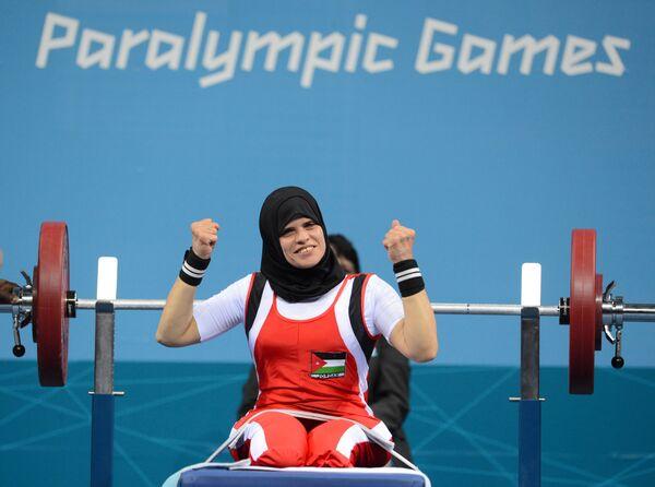 Иорданская спортсменка Фатама Ахмед во время соревнований по пауэрлифтингу на Паралимпийских играх  - Sputnik Latvija