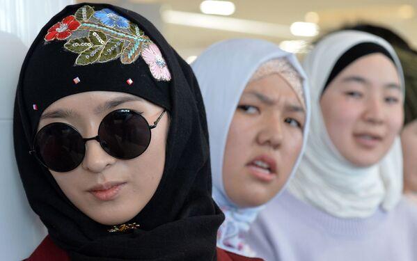Кыргызские женщины на праздновании Всемирного дня хиджаба в Бишкеке - Sputnik Latvija