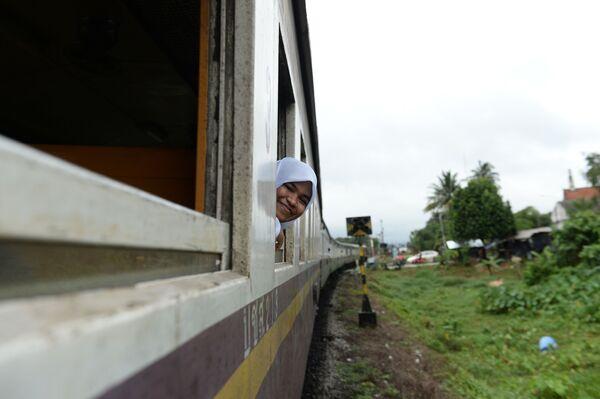 Студентка-мусульманка в хиджабе едет на поезде в Таиланде - Sputnik Latvija