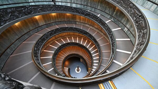 Vīrietis kāpj pa Bramantes kāpnēm Vatikāna muzejā - Sputnik Latvija