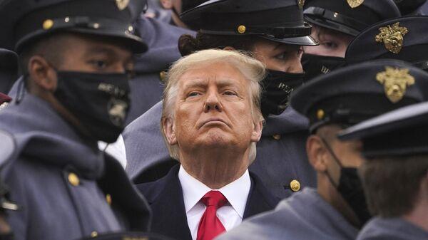 Дональд Трамп в окружении армейских кадетов - Sputnik Латвия