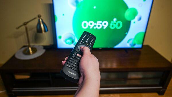 Телевизионный пульт и телевизор - Sputnik Latvija