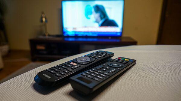 Телевизионные пульты и телевизор - Sputnik Latvija