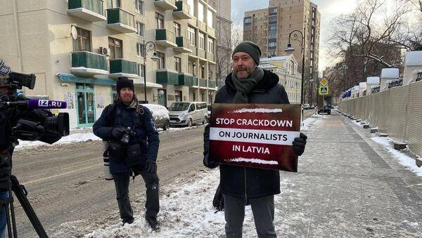 Член СПЧ, исполнительный директор МИА Россия сегодня Кирилл Вышинский вышел на одиночный пикет у Дома приемов МИД РФ в поддержку латвийских журналистов, репрессированных властями республики из-за сотрудничества с порталами Baltnews и Sputnik Латвия - Sputnik Латвия
