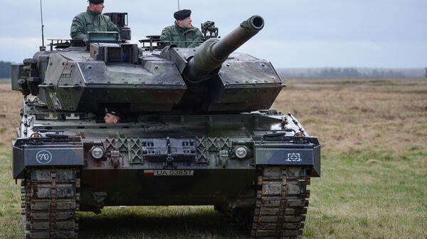 Танк PT-91 Тварды на церемонии приветствия многонационального батальона НАТО под руководством США в польском Ожише. - Sputnik Латвия