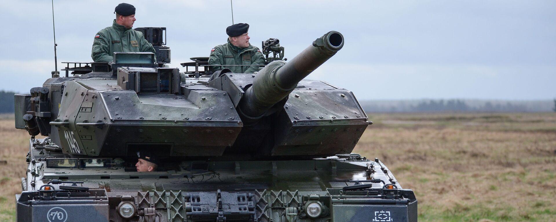 Танк PT-91 Тварды на церемонии приветствия многонационального батальона НАТО под руководством США в польском Ожише. - Sputnik Латвия, 1920, 07.03.2021