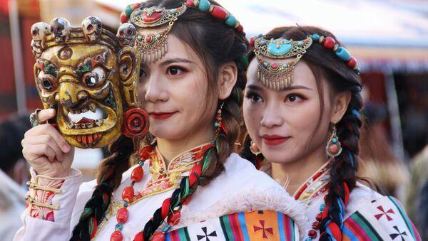 Девушки в национальной одежде в Тибете - Sputnik Латвия