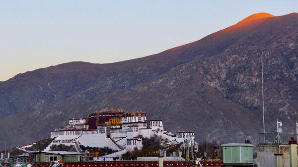 Дворец Потала в городе Лхаса в Тибете - Sputnik Latvija