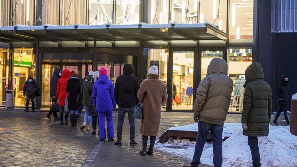 Очередь на вход в торговый центр в Риге - Sputnik Латвия