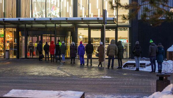 Очередь на вход в торговый центр в Риге - Sputnik Latvija