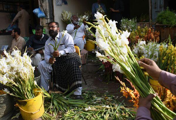 Продавцы на рынке время работы в преддверии праздника Дня всех влюбленных в Пакистане - Sputnik Latvija