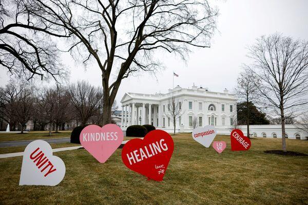 Украшения ко Дню святого Валентина на Северной лужайке Белого дома в Вашингтоне, США - Sputnik Latvija