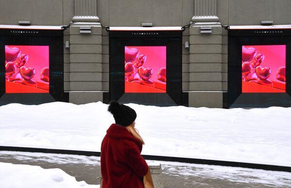 Девушка около здания магазина ЦУМ в Москве в преддверии Дня всех влюбленных - Sputnik Latvija