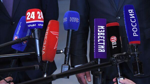 Микрофоны представителей российских СМИ - Sputnik Латвия