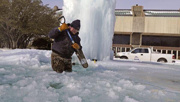 Рабочий ломает лед в замерзшем фонтане в Ричардсоне, штат Техас, США - Sputnik Латвия