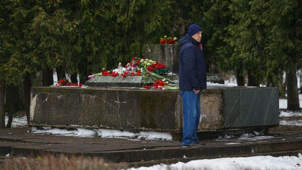 В ночь на 24 февраля в Екабпилсе вандалы украли пушку ЗиС-3 с могилы героев-освободителей Екабпилса от нацистских захватчиков - Sputnik Latvija