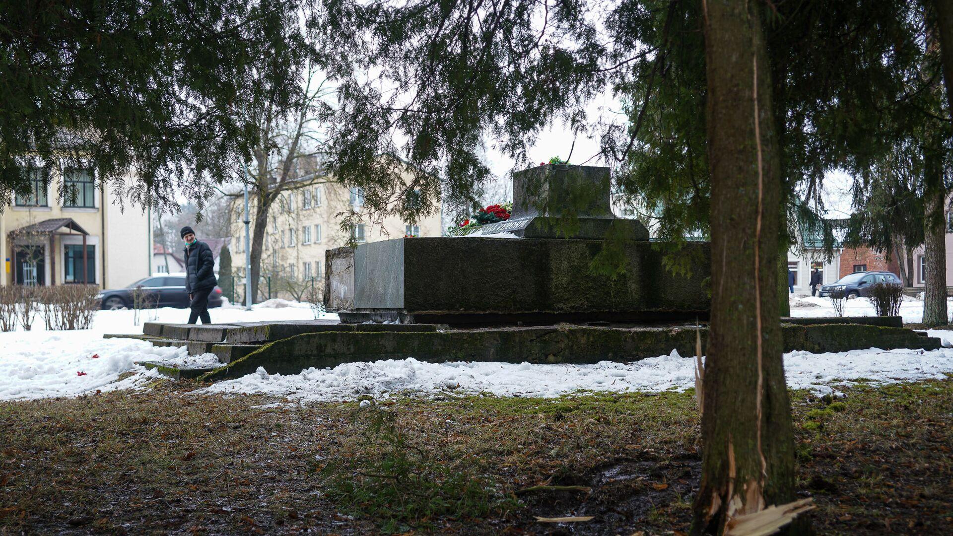 В ночь на 24 февраля в Екабпилсе вандалы украли пушку ЗиС-3 с могилы героев-освободителей Екабпилса от нацистских захватчиков - Sputnik Латвия, 1920, 28.06.2021