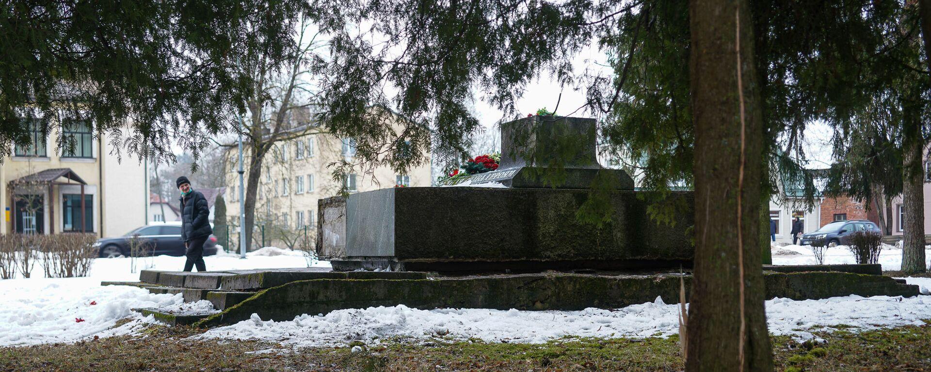 В ночь на 24 февраля в Екабпилсе вандалы украли пушку ЗиС-3 с могилы героев-освободителей Екабпилса от нацистских захватчиков - Sputnik Latvija, 1920, 11.03.2021
