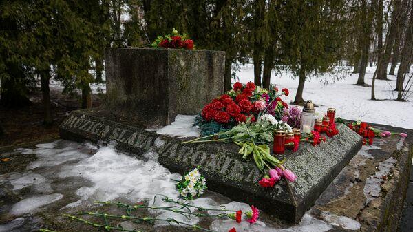 В ночь на 24 февраля в Екабпилсе вандалы украли пушку ЗиС-3 с могилы героев-освободителей Екабпилса от нацистских захватчиков - Sputnik Латвия