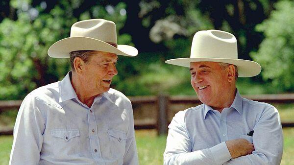Горбачев и Рейган на ранчо в США в 1992 году - Sputnik Latvija