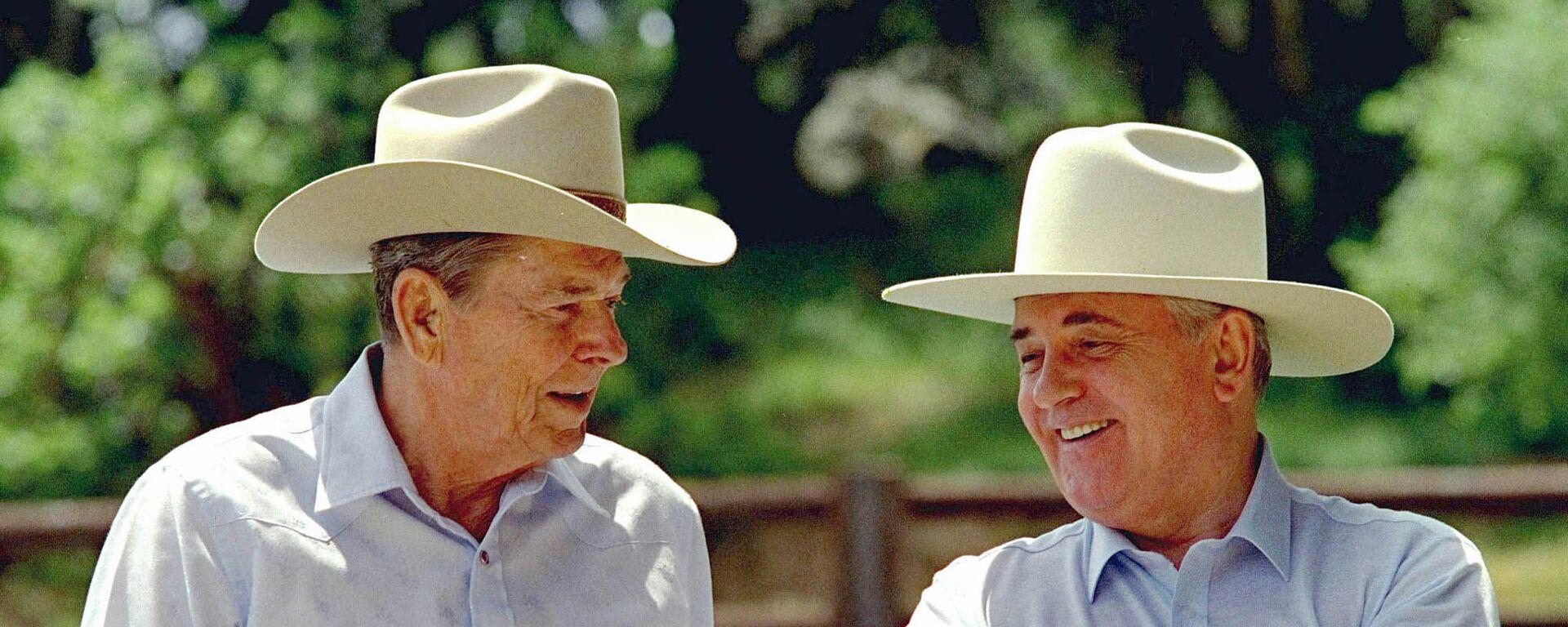 Горбачев и Рейган на ранчо в США в 1992 году - Sputnik Latvija, 1920, 03.06.2021