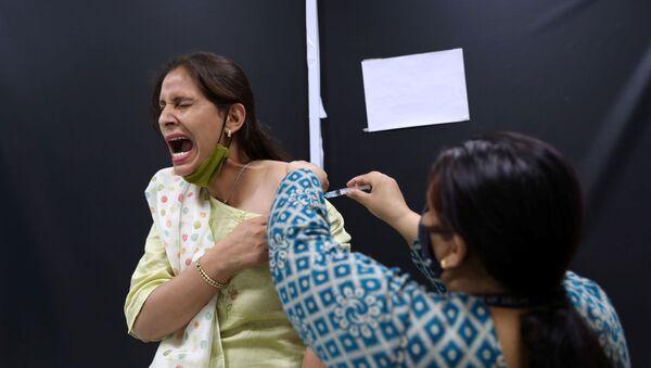Сотрудница Serum Institute of India во время вакцинации против COVID-19 вакциной индийского производства CoviShield компании AstraZeneca - Sputnik Latvija