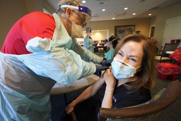 Медработник Пэм Питер готовится к уколу вторым компонентом вакцины от COVID-19 во Флориде, США - Sputnik Latvija