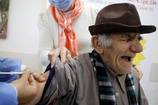 Обитатель дома престарелых в Фиери, Албания, во время вакцинации препаратом от коронавируса Pfizer/BioNTech - Sputnik Latvija