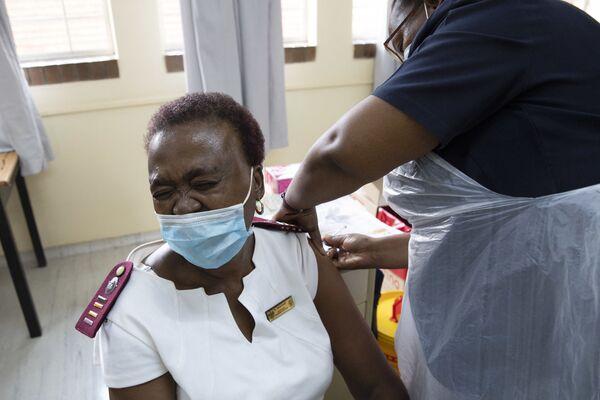 Медицинский работник вакцинируется препаратом Johnson & Johnson в госпитале Клерксдорпа в ЮАР - Sputnik Latvija
