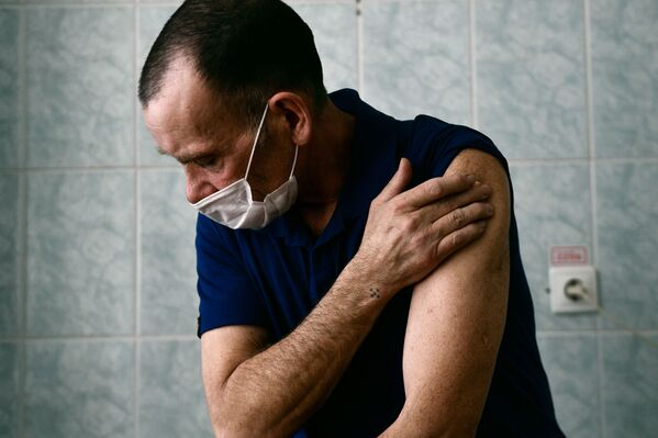 Житель поселка Староуткинск Свердловской области во время вакцинации против COVID-19 препаратом Спутник V - Sputnik Latvija
