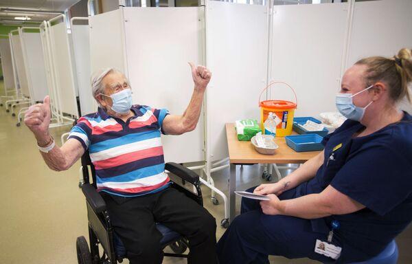 98-летний Генри (Джек) Воукс после вакцинации препаратом Pfizer/BioNTech в Бристоле, Англия - Sputnik Latvija