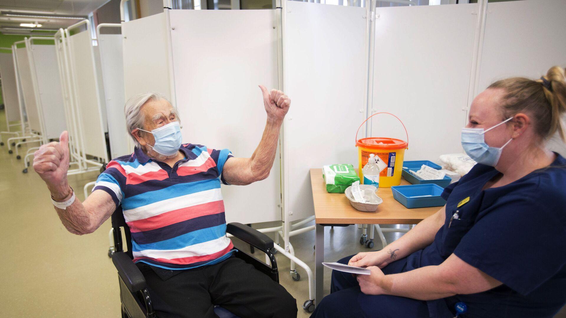 98-летний Генри (Джек) Воукс после вакцинации Pfizer-BioNTech в Бристоле, Англия - Sputnik Латвия, 1920, 23.06.2021