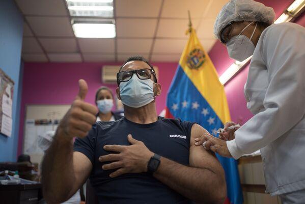 Медработник одной из больниц Каракаса, Венесуэла, во время вакцинации российским препаратом Гам Ковид Вак (Sputnik V) - Sputnik Latvija