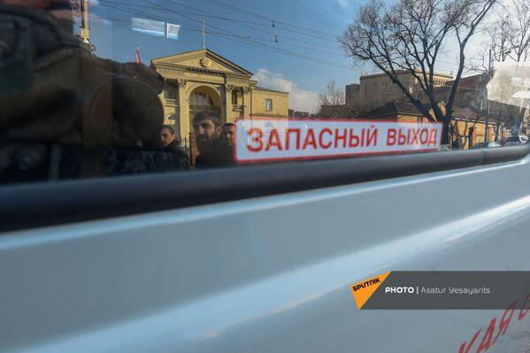 Prezidenta rezidences atspulgs policijas mikroautobusa logā opozīcijas mītiņa laikā Bagramjana prospektā pie Armēnijas Nacionālās sapulces ēkas, 3. marts, Erevāna - Sputnik Latvija