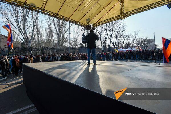 Opozīcijas mītiņš Bagramjana prospektā pie Armēnijas Nacionālās sapulces ēkas, 3. marts, Erevāna - Sputnik Latvija