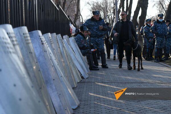 Policisti opozīcijas mītiņa laikā Bagramjana prospektā pie Armēnijas Nacionālās sapulces ēkas, 3. marts, Erevāna - Sputnik Latvija