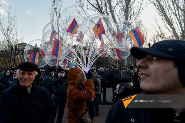 Gaisa balonu pārdevēja starp aktīvistiem opozīcijas mītiņa laikā Bagramjana prospektā pie Armēnijas Nacionālās sapulces ēkas, 3. marts, Erevāna - Sputnik Latvija