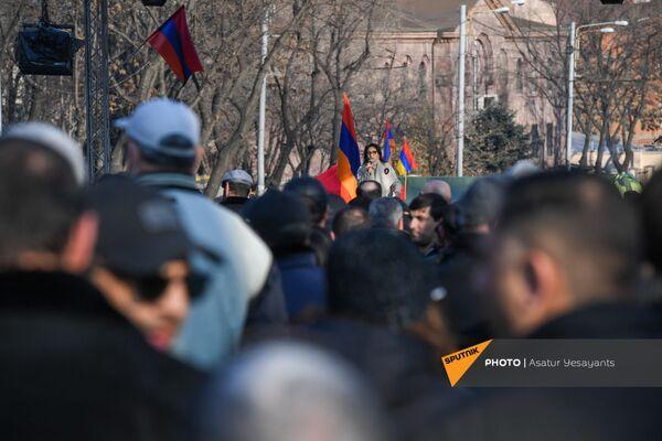 Deputāte Lilita Galstjana uzrunā opozīcijas mītiņa dalībniekus Bagramjana prospektā pie Armēnijas Nacionālās sapulces ēkas, 3. marts, Erevāna - Sputnik Latvija