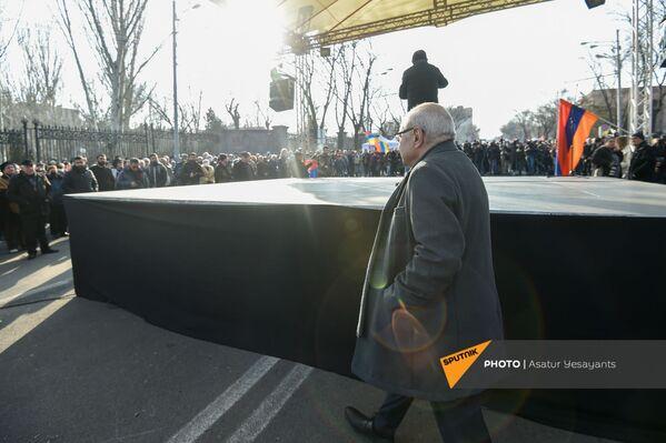 Ekspremjers, opozīcijas kandidāts premjerministra postenim Vazgens Manukjans opozīcijas mītiņa laikā Bagramjana prospektā pie Armēnijas Nacionālās sapulces ēkas, 3. marts, Erevāna - Sputnik Latvija