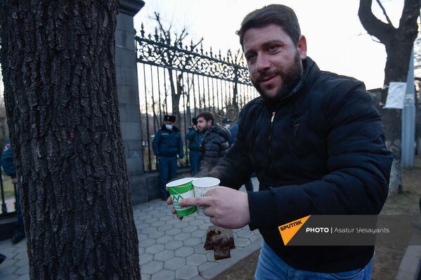 Vīrietis nes tēju opozīcijas mītiņa laikā Bagramjana prospektā pie Armēnijas Nacionālās sapulces ēkas, 3. marts, Erevāna - Sputnik Latvija