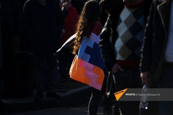 Aktīviste ar Kalnu Karabahas karogu pirms opozīcijas mītiņa Bagramjana prospektā pie Armēnijas Nacionālās sapulces ēkas, 3. marts, Erevāna - Sputnik Latvija