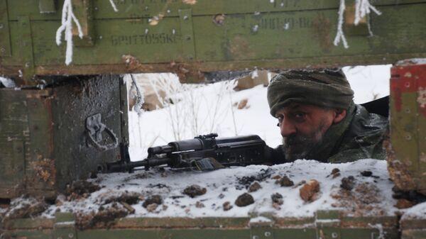 Боец ополчения ДНР на линии разграничения - Sputnik Латвия