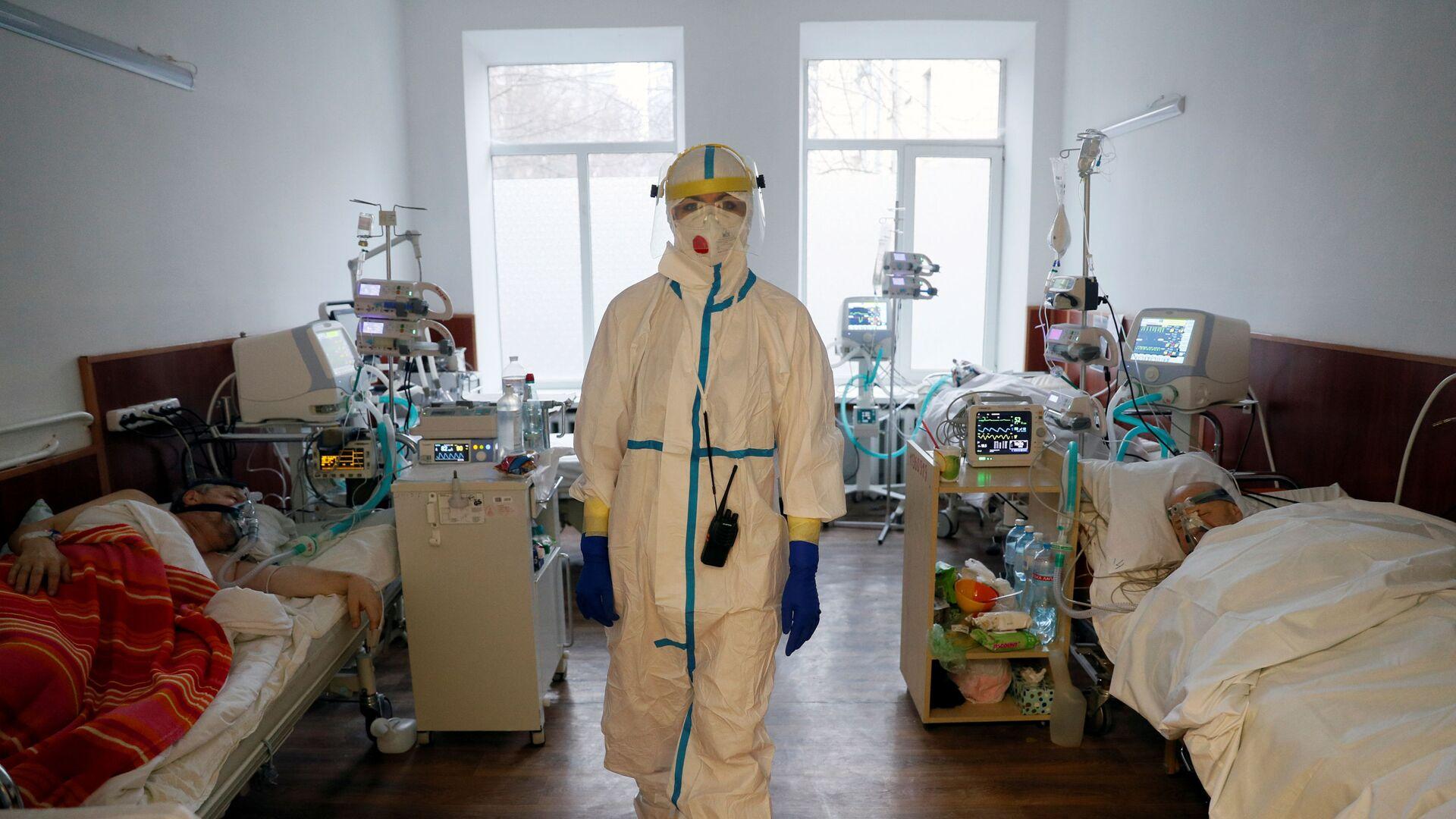 Врач в палате киевской больницы, Украина - Sputnik Латвия, 1920, 23.09.2021