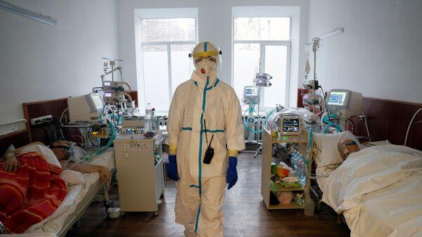 Врач в палате киевской больницы, Украина - Sputnik Латвия