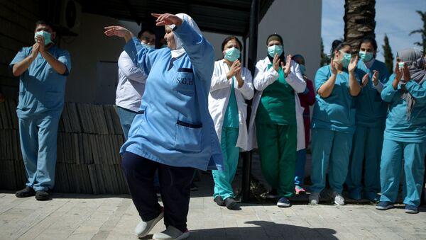 Персонал ливанской больницы танцует по музыку группы, развлекающей пожилых пациентов - Sputnik Латвия