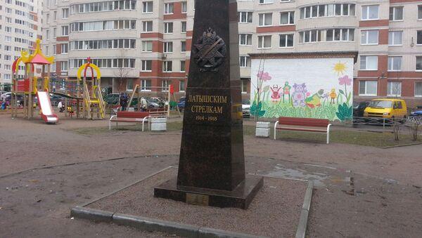 Самовольно установленный памятный знак латышским стрелкам в Петербурге - Sputnik Latvija