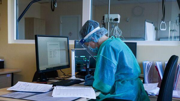 Пост сестры у палаты интенсивной терапии в коронавирусном отделении Даугавпилсской региональной больницы - Sputnik Latvija