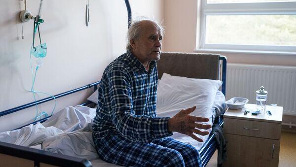 Пациент с COVID-19 в палате интенсивной терапии в коронавирусном отделении Даугавпилсской региональной больницы - Sputnik Латвия